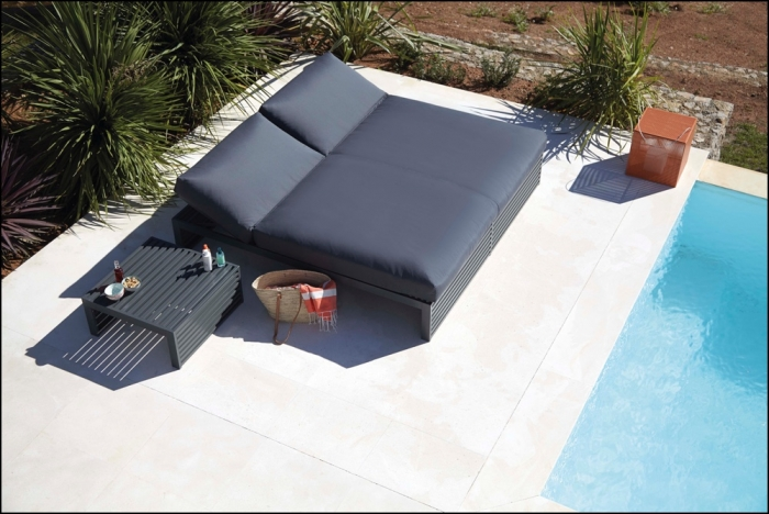 dna anthracite chill bed 200 ambience image 2 700x468 - Tagesbett DNA Teakholz - Gandia Blasco