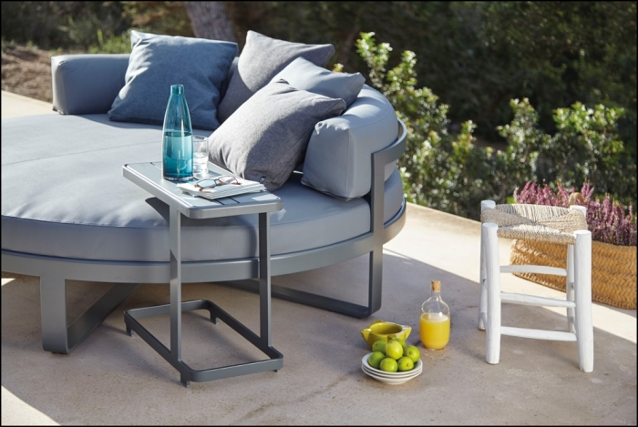 flat anthracite circular chill bed and side table ambience image 2 700x469 - Tagesbett Rund Flat - Gandia Blasco